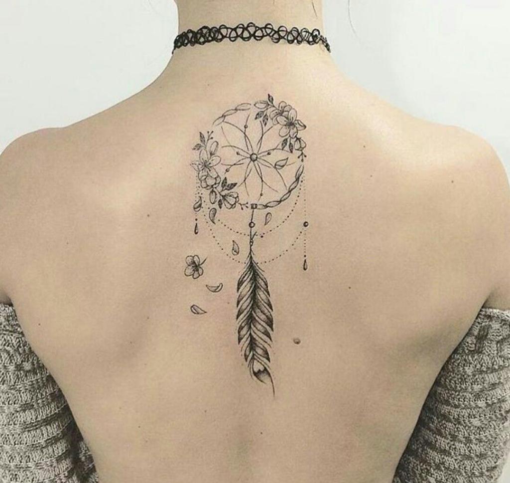 tatuagem de filtros dos sonhos grande e com detalhes nas costas